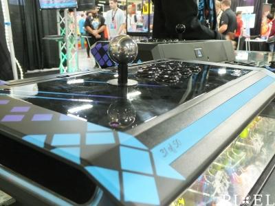 """Egy """"Qanba Obsidian"""" játéktermi irányító az """"EVO 2017"""" színeiben"""