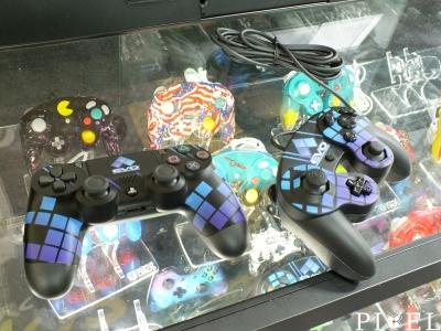 """Bal oldalon egy """"PlayStation 4""""-es, jobb oldalon pedig egy """"Nintendo GameCube""""-os irányító látható """"EVO 2017""""-es színekben."""