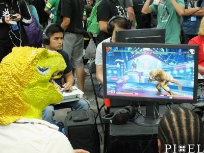 """A képen kétszer látható a """"THE KING OF FIGHTERS XIV"""" játék karaktere: DINOSAUR"""