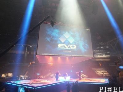 """Az """"EVO 2017"""" vasárnapi döntőjének arénája és színpada a nyitáskor reggel"""